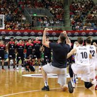 【日本―ニュージーランド】試合開始前、ニュージーランドのハカを見つめる八村塁(左から4人目)ら日本の選手たち=千葉ポートアリーナで2019年8月12日、小川昌宏撮影