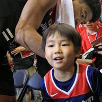 【日本―ニュージーランド】試合終了後、ウィザーズのユニフォームを着た少年にサインをする八村塁=千葉ポートアリーナで2019年8月12日、梅村直承撮影