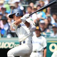 【海星-聖光学院】四回表海星2死二塁、坂本が先制の左前適時打を放つ=阪神甲子園球場で2019年8月12日、玉城達郎撮影