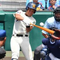 【海星-聖光学院】六回表海星1死、大串が本塁打を放つ=阪神甲子園球場で2019年8月12日、森園道子撮影