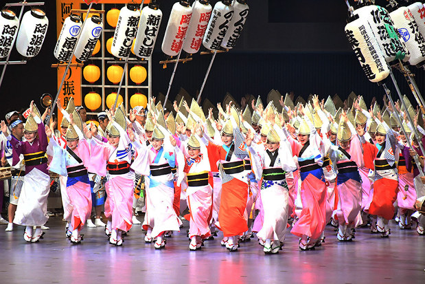 阿波踊り:きょう開幕 熱気上昇中 前夜祭880人、迫力の舞台 /徳島 ...