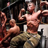 大会会場の舞台袖で、ポーズの確認をする大塚博幸さん=大阪市中央区で、山崎一輝撮影
