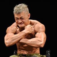 舞台上で、ポーズを決める大塚博幸さん=大阪市中央区で、山崎一輝撮影