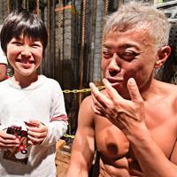 長男の凛太郎さんが舞台袖を見学に訪れ、リラックスした表情を見せる大塚博幸さん=大阪市中央区で、山崎一輝撮影
