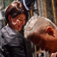 舞台に向かう大塚博幸さんを笑顔で送り出す妻の佳代子さん=大阪市中央区で、山崎一輝撮影