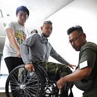 大会では、関係者らが車椅子を持ち上げ、舞台袖への階段を昇降した=兵庫県姫路市で、山崎一輝撮影