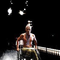 優勝メダルを胸に、舞台から引き揚げる大塚博幸さん=大阪市中央区で、山崎一輝撮影