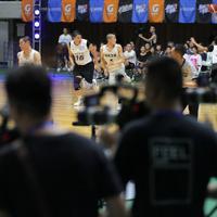 【能代工-リバウンド青春】ネット中継用にたくさんのカメラが並ぶなか試合をする両チームの選手たち=秋田県立体育館で2019年8月10日、和田大典撮影