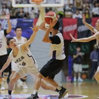 【能代工-リバウンド青春】ディフェンスする能代工の選手たち=秋田県立体育館で2019年8月10日、和田大典撮影
