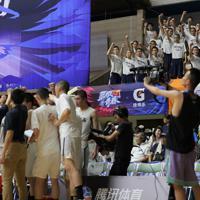 【能代工-リバウンド青春】ベンチの前で円陣を組む選手たちにスタンドから加わる応援団=秋田県立体育館で2019年8月10日、和田大典撮影