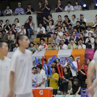 【能代工-リバウンド青春】試合後、両チームの選手たちに向け拍手する観客=秋田県立体育館で2019年8月10日、和田大典撮影