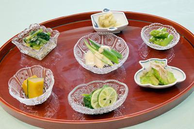 夏野菜のキンキン、それぞれに薬味や調味料を添えて=大阪市北区で、加古信志撮影