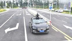 赤信号を認識して停車する自動運転車の試験車両=中国・北京市大興区の閉鎖試験区で6月12日、赤間清広撮影