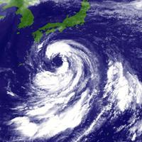目が大きく取り巻く雲が巨大な台風10号=13日午前10時(気象庁提供)
