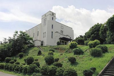 高台にある西南女学院中・高校のさらに小高い丘の上にあるロウ記念講堂。戦争中は迷彩色が施されたが敗戦6年後に塗り戻された