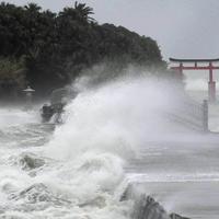 青島に続く橋に押し寄せる高波=宮崎市で2019年8月14日午後5時21分、津村豊和撮影
