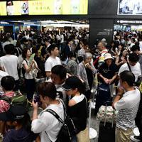 山陽新幹線の切符を求める人で混雑するJR博多駅=福岡市博多区で2019年8月14日午後2時41分、須賀川理撮影