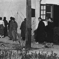 毎日新聞が所蔵する「慰安所に到着直後に検診に向かう朝鮮人の女性」とされる写真=撮影日・場所不詳