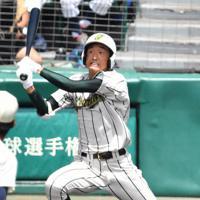 【鶴岡東-習志野】二回表鶴岡東2死一、二塁、影山が2点二塁打を放つ=阪神甲子園球場で2019年8月14日、森園道子撮影