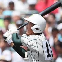 【鶴岡東-習志野】二回表鶴岡東2死一、二塁、影山が2点二塁打を放つ=阪神甲子園球場で2019年8月14日、幾島健太郎撮影