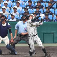 【鶴岡東-習志野】九回表鶴岡東2死、丸山が2打席連続本塁打を放つ=阪神甲子園球場で2019年8月14日、森園道子撮影