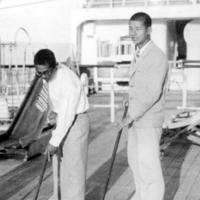 米国に向かう龍田丸船中で宮崎康二(右)と牧野正蔵=1932年6月撮影