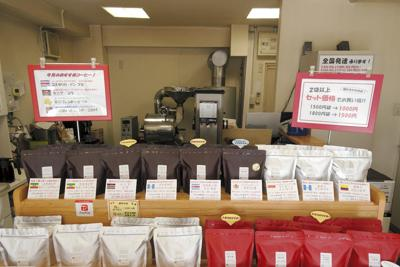 店の奥で焙煎したコーヒー豆を販売している「ゆうかcoffee」=千葉県浦安市北栄で