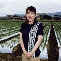 ネギ畑の前に立つ尾池美和さん。「夏は、病害虫や台風にやられることもあり、栽培が難しい。そこでも安定出荷できるように努力している」と話す=香川県観音寺市で