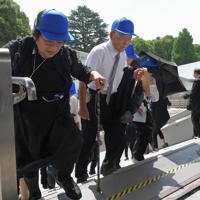 全国戦没者追悼式に出席するため、会場に向かう戦没者の遺族ら=東京都千代田区の日本武道館で2019年8月15日午前9時47分、手塚耕一郎撮影