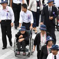 全国戦没者追悼式に臨む遺族たち=日本武道館で2019年8月15日午前10時4分、丸山博撮影