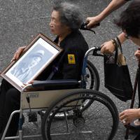 全国戦没者追悼式に臨む女性=日本武道館で2019年8月15日午前10時4分、丸山博撮影