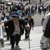 全国戦没者追悼式に出席するため、会場に向かう戦没者の遺族ら=東京都千代田区の日本武道館で2019年8月15日午前10時7分、手塚耕一郎撮影