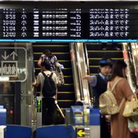 計画運休で小倉行きのみが表示された山陽新幹線の電光掲示板=福岡市博多区のJR博多駅で2019年8月15日午前、須賀川理撮影
