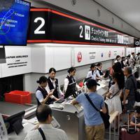 台風10号の進路図が掲示された福岡空港の搭乗カウンター=福岡市博多区で2019年8月15日午前8時40分、田鍋公也撮影