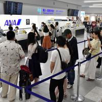 搭乗手続きをする人たちの列ができた福岡空港の出発ロビー=福岡市博多区で2019年8月15日午前8時53分、田鍋公也撮影