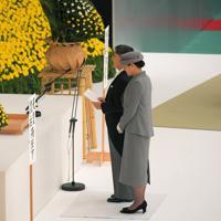 全国戦没者追悼式でおことばを述べられる天皇陛下と皇后さま=東京都千代田区の日本武道館で2019年8月15日午後0時1分、手塚耕一郎撮影