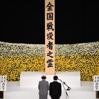 全国戦没者追悼式で黙とうする天皇、皇后両陛下=東京都千代田区の日本武道館で2019年8月15日正午、丸山博撮影