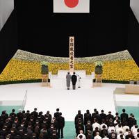全国戦没者追悼式で黙とうされる天皇、皇后両陛下=東京都千代田区の日本武道館で2019年8月15日正午、丸山博撮影