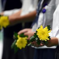 全国戦没者追悼式で献花用の菊の花を手にする子どもたち=東京都千代田区の日本武道館で2019年8月15日午前11時、北山夏帆撮影