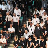全国戦没者追悼式で、正午に黙とうする出席者ら=東京都千代田区の日本武道館で2019年8月15日正午、手塚耕一郎撮影