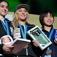 女子リード決勝で3位に入り表彰される森秋彩(右)。中央は優勝したヤンヤ・ガルンブレト=東京・エスフォルタアリーナ八王子で2019年8月15日、宮間俊樹撮影