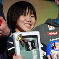 女子リード決勝で3位に入り表彰される森秋彩=東京・エスフォルタアリーナ八王子で2019年8月15日、宮間俊樹撮影