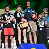 リード女子決勝で3位に入り他の表彰者と記念撮影に応じる森秋彩(右から2人目)=東京・エスフォルタアリーナ八王子で2019年8月15日、宮間俊樹撮影