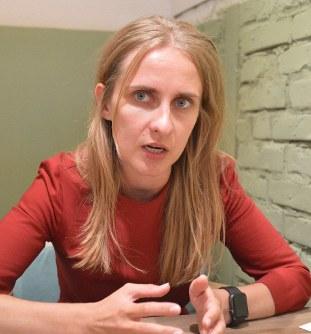 厳しい表情を見せながら、クリミアから避難してきた経緯などを語るオレクサンドラ・ドボレツカさん=キエフで2019年7月10日、大前仁撮影