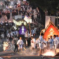 故人をしのびながら精霊船を引く人たち=長崎市で2019年8月15日午後7時13分、中山敦貴撮影