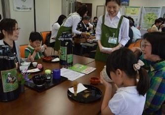 おいしいお茶のいれ方を学び、抹茶を味わう子どもたち