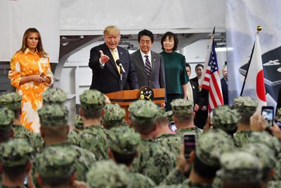 海上自衛隊の護衛艦「かが」の格納庫で、海上自衛官と在日米軍人を前に訓示するトランプ米大統領。左はメラニア夫人、右は安倍晋三首相夫妻=神奈川県横須賀市の海上自衛隊横須賀基地で2019年5月28日、代表撮影