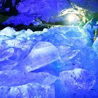 かつて使用された氷の貯蔵庫も再現され、ライトアップで幻想的な雰囲気の鳴沢氷穴の洞内=山梨県鳴沢村で、宮間俊樹撮影