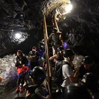 大勢の人たちでにぎわう鳴沢氷穴=山梨県鳴沢村で2019年8月8日、宮間俊樹撮影