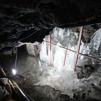 天然の氷柱も見られる鳴沢氷穴=山梨県鳴沢村で2019年8月8日、宮間俊樹撮影